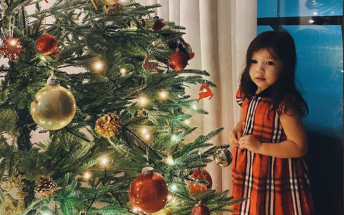 Cả gia đình siêu mẫu Hà Anh đón Noel sớm, nhìn thần thái của bé Myla, fan yêu quý nhận xét