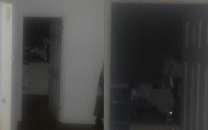 Nghe tiếng động phát ra từ trong bếp, người đàn ông giơ máy lên chụp, chẳng ngờ cho ra đời bức ảnh càng nhìn càng run sợ