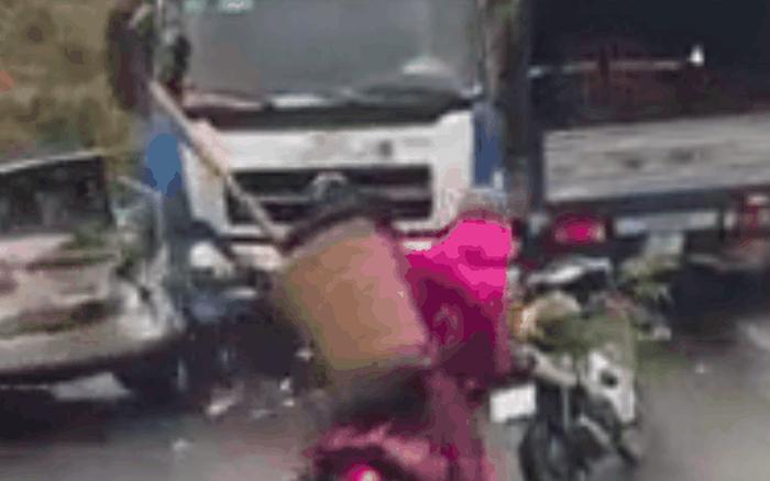 CLIP: Phải dừng xe vì giữa đường có tai nạn, 3 mẹ con bất ngờ bị xe tải đâm ...