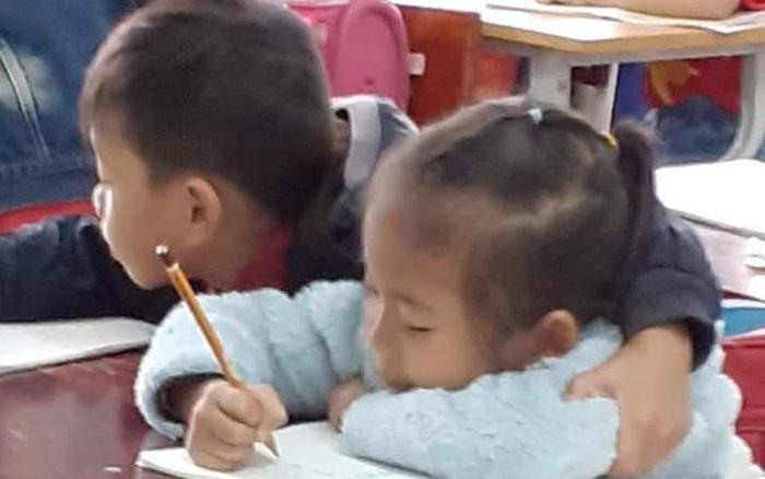 Ngồi làm bài tập mà cái tay không chịu yên, cậu ... - xs thứ bảy