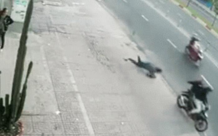 Khoảnh khắc người phụ nữ bị cướp giật túi xách, ngã sấp mặt xuống đường, nằm ... - xs thứ bảy