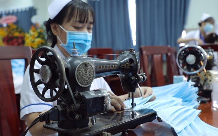 Các y bác sĩ chung tay tự sản xuất khẩu trang tại Bệnh viện Quận 11 TP.HCM: