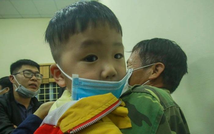 Người dân Sơn Lôi mang theo con nhỏ tấp nập  đến UBND xã chờ công bố ...