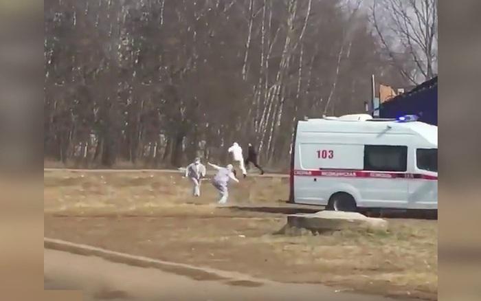 Người đàn ông nghi nhiễm Covid-19 bỏ chạy khi chuẩn bị được đưa lên xe cấp cứu