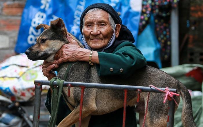 Cuộc sống chật vật mùa dịch trong khu ổ chuột: Tuổi già neo đơn chỉ có ...