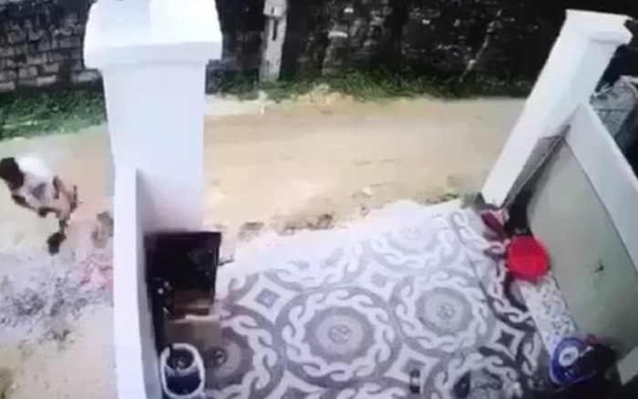 Tài xế lùi xe tải cán chết bé trai trước cổng nhà rồi bỏ đi