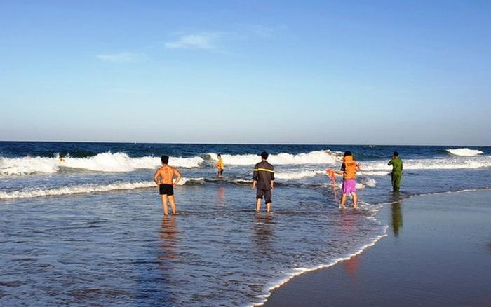 Tìm thấy thi thể 2 cháu bé là khách du lịch bị sóng ...