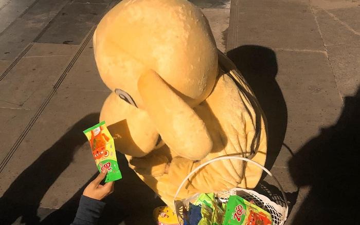 Chuyện giúp đỡ bạn nam khó khăn bằng cách mua bịch kẹo giá 30k ...
