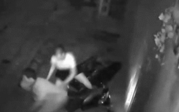 Thấy cửa nhà bị móp méo, chủ nhà kiểm tra camera an ninh thì ...