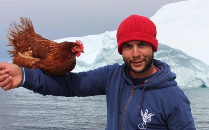 Gã trai ôm gà mái đi du lịch vòng quanh thế giới bằng đường ...