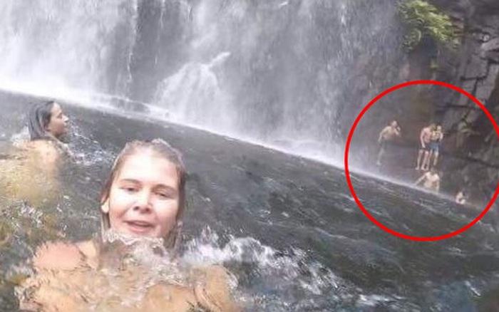 Đi chơi ở thác nước, cô gái cầm máy ghi hình kỉ niệm nhưng ...