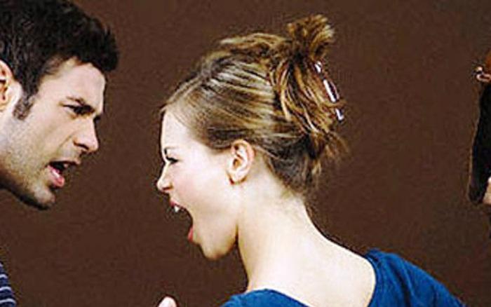 Ghen tuông mù quáng, vợ làm việc này với chồng trước mặt bạn ...