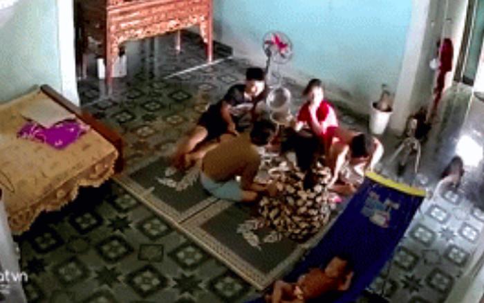 """Đang ngồi ăn cơm, cả nhà bị một """"vị khách không mời"""" ..."""