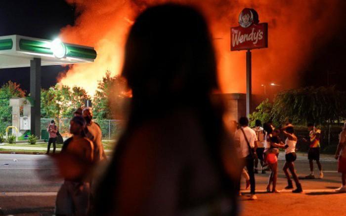 Truy tìm cô gái da trắng bị nghi đốt nhà hàng Mỹ trong ...