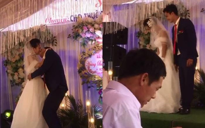 Chú rể có hành động lạ sau khi hôn cô dâu ngay ...