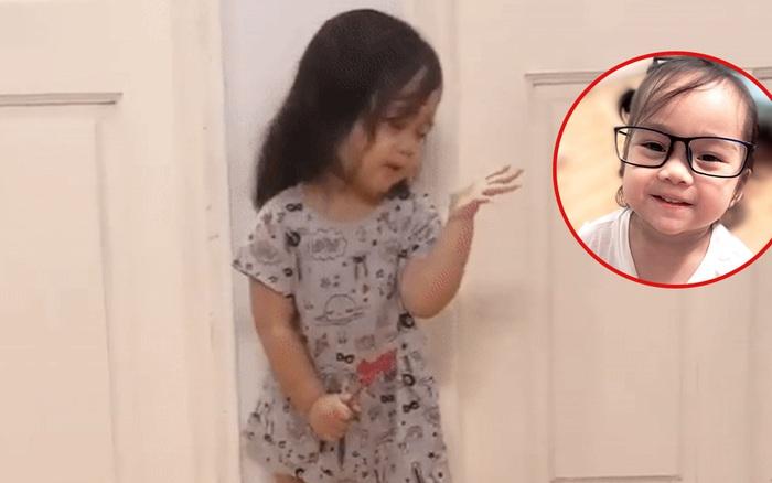 """Dân mạng """"rụng tim"""" vì clip bé gái 2,5 tuổi ..."""