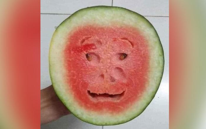 Quả dưa hấu kỳ lạ khi cắt đôi để lộ phần ruột như khuôn mặt người, có đủ mắt, ...