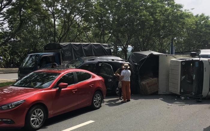 Tai nạn liên hoàn khiến xe tải lật ngang giữa đường, 6 người trong đó ...