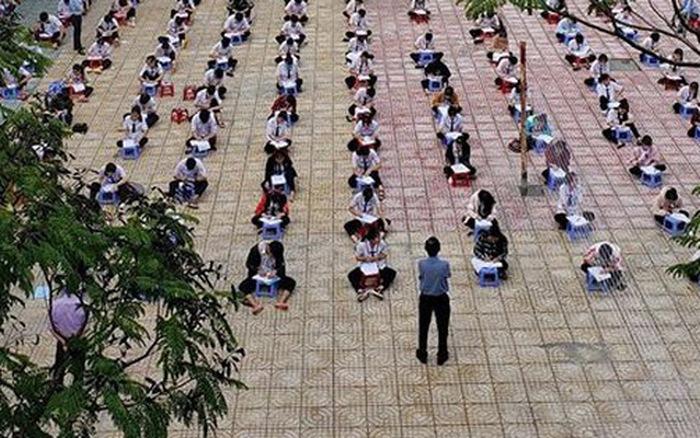 Choáng trước cảnh hàng trăm học sinh một trường cấp 3 ở TP.HCM ngồi bệt dưới đất ...