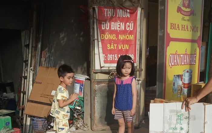 Dù không nghèo nhưng vẫn để con đi nhặt rác, người mẹ này ...