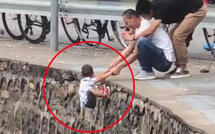 Rùng mình khoảnh khắc người đàn ông nắm tay đứa trẻ đang lơ lửng ... - kết quả xổ số vĩnh long