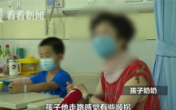 Thấy con đi tập tễnh, dễ vấp ngã, tay phải yếu dần, bố mẹ vội đưa con đến bệnh viện ...