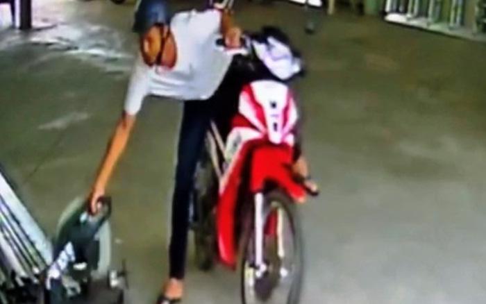CLIP: Kẻ trộm ngang nhiên chạy xe vào bến đò cuỗm máy cắt sắt - kết quả xổ số gia lai
