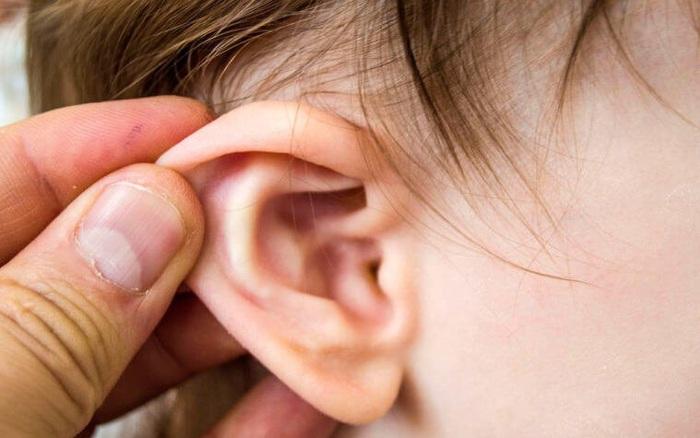 Trẻ bị viêm tai giữa, phải làm sao?