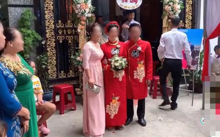 Màn rước dâu hiếm có: Mẹ chồng dắt tay con dâu, đi vài bước ...