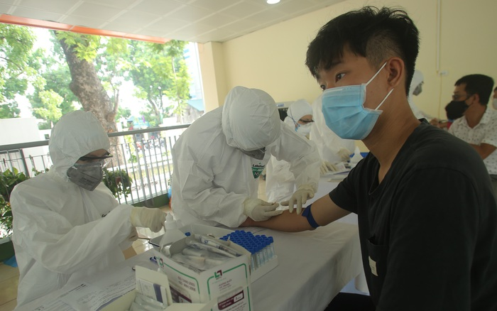 Chùm ảnh: Hà Nội tiếp tục test nhanh COVID-19 đối với người dân trở về từ Đà Nẵng