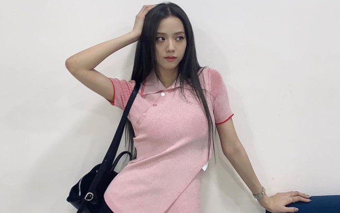 Jisoo lăng xê áo polo đơn giản nhưng diện lên cực hay ho, chị em nên vào học để cải tổ lại style