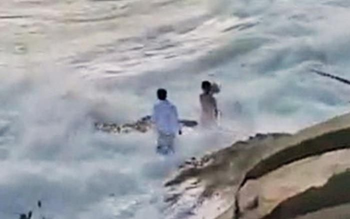 Ra bãi biển chụp ảnh cưới, cô dâu chú rể bị sóng cuốn phăng ...
