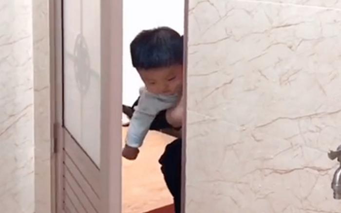 Mẹ đang trong nhà vệ sinh, 3 bé trai lần lượt xuất hiện ngoài cửa khiến ai nấy ...