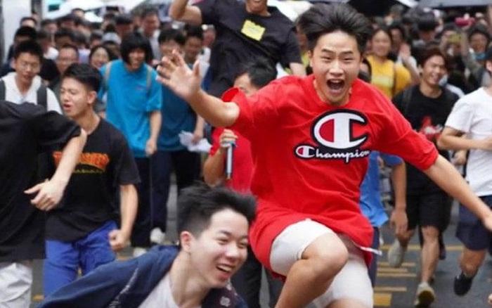 Cảnh tượng học sinh chạy ùa khỏi trường trong ngày thi cuối