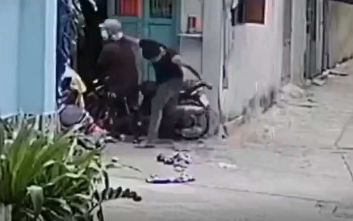 Nam thanh niên hành hung cha mẹ đến chảy máu đầu trước cửa nhà