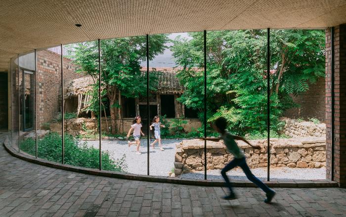 5 người bạn cùng gộp chung nhà tạo thành không gian tuyệt đẹp cho con cái tận hưởng cuộc sống gần gũi với thiên nhiên ở ngoại ô