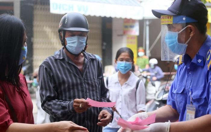 Chùm ảnh: Người dân Đà Nẵng trong ngày đầu đi chợ bằng phiếu ngày chẵn lẻ để phòng dịch
