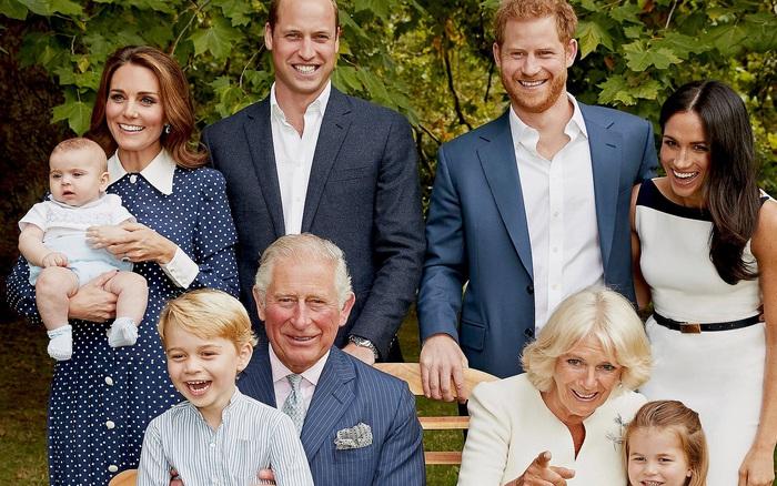 Sách mới về vợ chồng Meghan Markle hé lộ câu chuyện cay đắng đằng sau bức ảnh gia đình hoàng gia hạnh phúc từng được khen ngợi hết lời