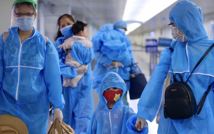 Cận cảnh: Người lớn, trẻ nhỏ thở phào nhẹ nhõm trong bộ đồ bảo hộ màu xanh khi an toàn trở về TP.HCM sau những ngày mắc kẹt tại Đà Nẵng