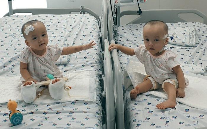 Xúc động khoảnh khắc hai chị em Trúc Nhi - Diệu Nhi cười rạng rỡ, lần đầu tiên được chạm vào nhau sau hơn 1 tháng xa cách
