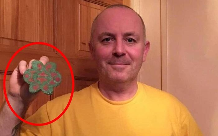 Đào được mảnh kim loại hình bông hoa, người đàn ông không ngờ mình đã