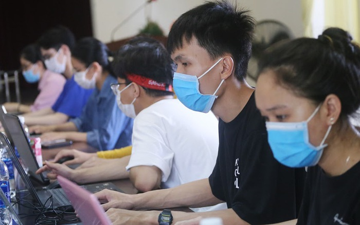 Chuyện những sinh viên ngành y giấu gia đình, tình nguyện đi chống dịch