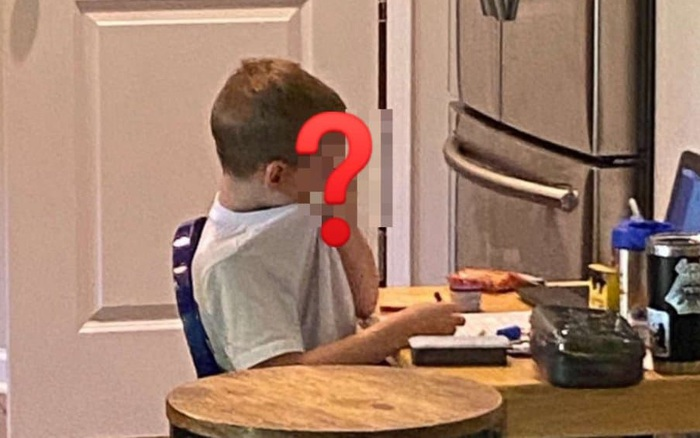 Thấy con trai vừa ngồi học vừa làm một việc, bà mẹ liền chụp hình đăng lên mạng xã hội, ai ngờ lại