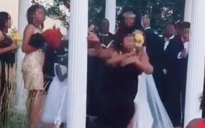 Đang tổ chức hôn lễ, cô dâu chú rể bị một vị khách không mời phá đám khiến bữa tiệc trở nên