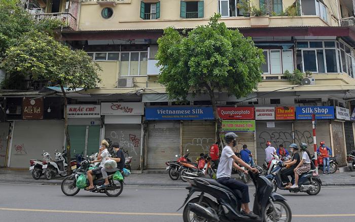 Ảnh, clip: Hàng loạt cửa hàng ở phố cổ Hà Nội lần thứ hai lao đao vì dịch