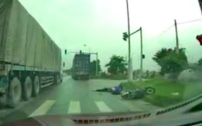 Tài xế container tăng tốc vượt xe phía trước, chèn ép xe gắn máy gây tai nạn thương tâm rồi bỏ chạy
