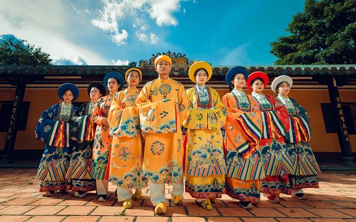 Nhóm HS cấp 3 chi hơn chục triệu mặc trang phục thời Nguyễn chụp kỷ yếu, thuê nghệ nhân đúc đồng ở Nam Định làm trang sức riêng khiến ai xem xong cũng tự hào về cổ phục Việt