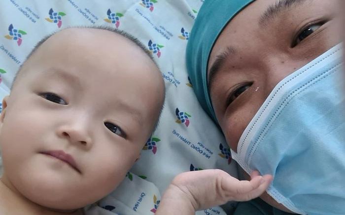 Diệu Nhi - Trúc Nhi rạng rỡ nắm chặt tay bác sĩ, dự kiến khoảng 6 tuần nữa hai bé sẽ tập đi