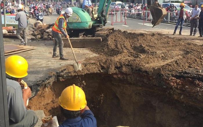 Hố tử thần rộng hơn 3m giữa trung tâm Sài Gòn: Người dân bất ngờ, di chuyển gặp khó khăn sau đêm mưa kỷ lục