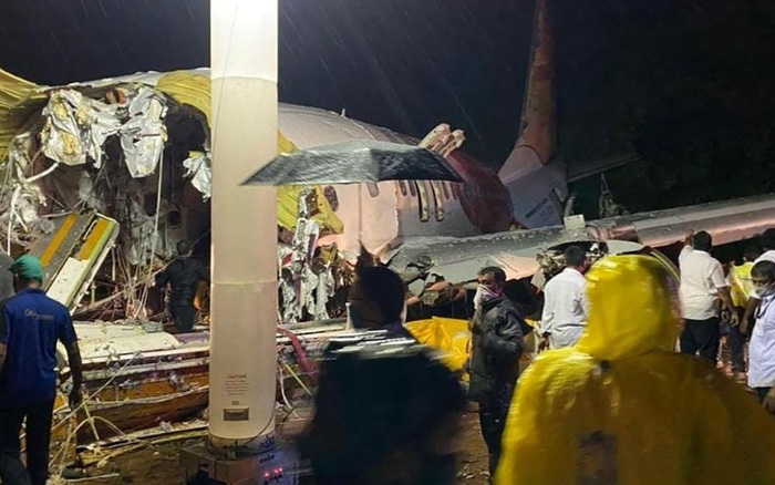 Nóng: Máy bay chở người từ vùng dịch về nước gặp nạn, ít nhất 17 người thiệt mạng, hàng trăm người bị thương và hiện trường thảm khốc tại sân bay Ấn Độ